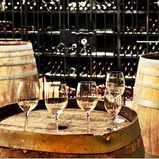 Дегустация вин в подвале негоцианта