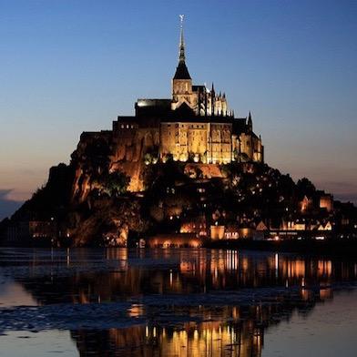 Мон-Сен-Мишель в вечерней подсветке