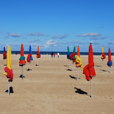 Довильский пляж с цветными зонтиками