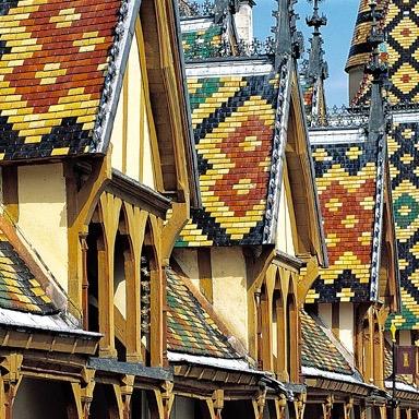 Типичные цветные крыши Бургундии